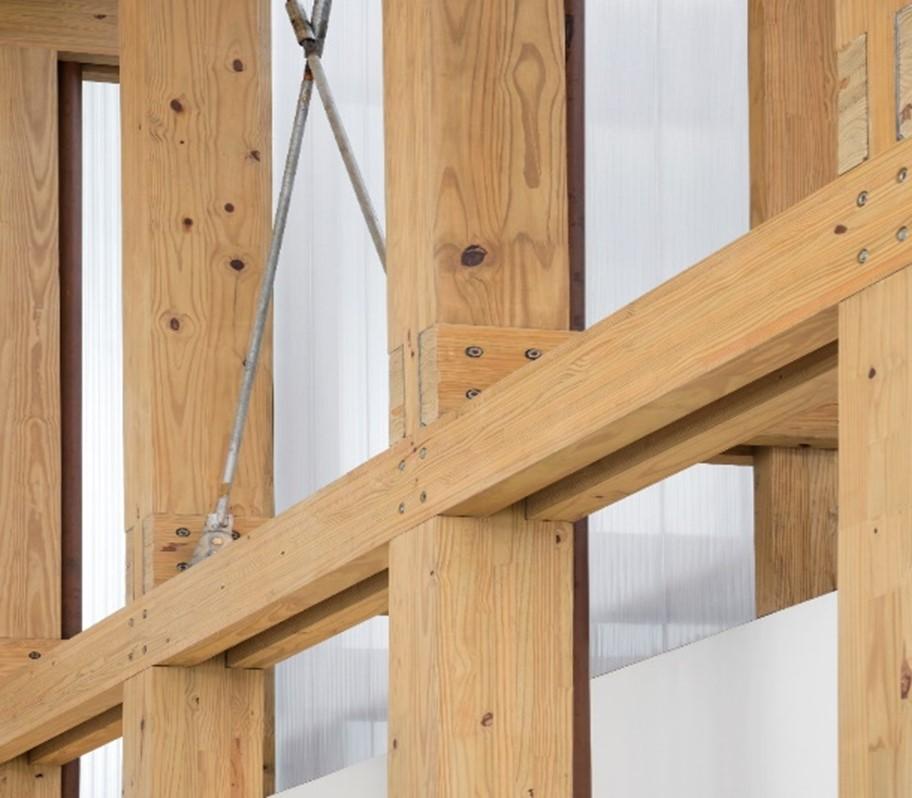 detalhe do uso de pinus como madeira engenheirada
